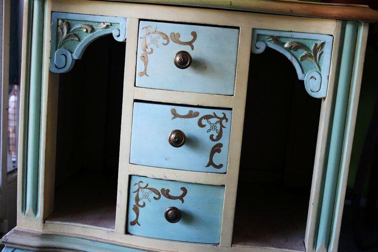 antigua mesa de luz chippendal restaurada por artista plastica MLA-F-3647118877_012013