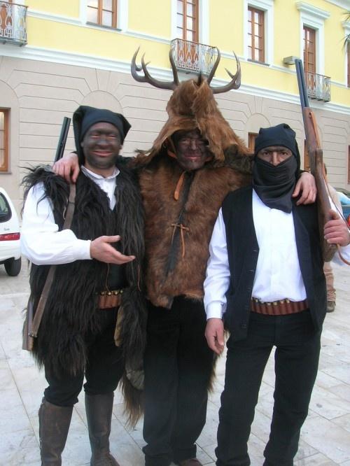 Carnevale di Sinnai : Is Cerbus  Le maschere Is Cerbus di Sinnai rappresentano una situazione antica, ovvero l'eterna lotta tra uomo e natura. Is cerbus sono i cervi, sul capo hanno la testa e le corna e sono predati e catturati dai cacciatori.