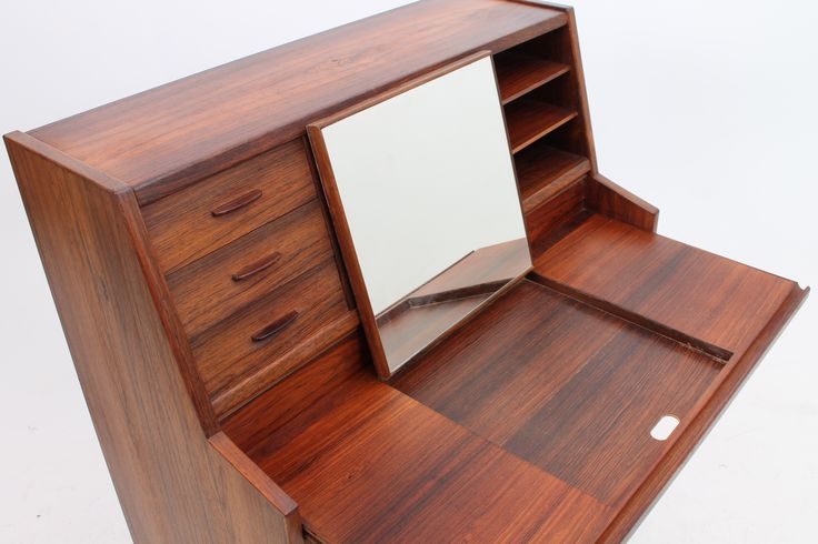 Detail picture of a danish cabinet makers bureau in rosewood. www.reModern.dk