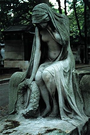 //Escultura Montmartre Cemetery in Paris, France. #sculptures
