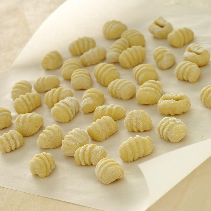 Scopri come realizzare la ricetta base per gli gnocchi di patate, un primo piatto gustoso e semplice, perfetto da condire con burro o sugo.