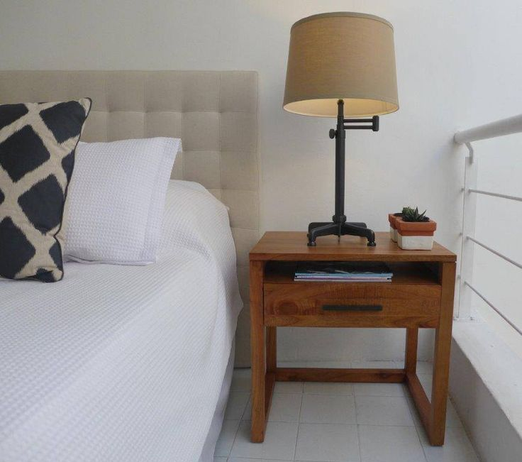 MARABIERTO - Mesa de luz Lopi natural, lámpara Industrial Articulada de mesa, respaldo Oly, almohadón Diamante.