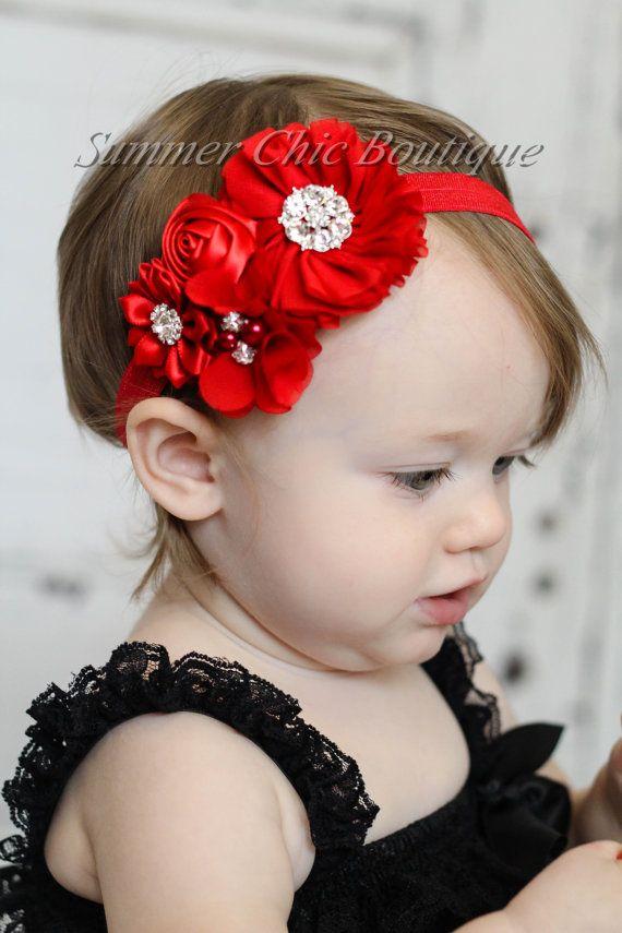 AHORRE UN 15% DE SU COMPRA- ¡COMO NOSOTROS EN EL CÓDIGO DE CUPÓN EN FACEBOOK!!!!!!  ¡Esta venda es una maravilla! Presenta una combinación de Gasa roja y flores de raso decoradas con perlas y diamantes de imitación hermosas. Tan bonita! Todos se unen a un pliegue rojo sobre cinta elástica.  Ideal para recién nacidos, niños y niñas!  Ideal para foto dispara así como cada desgaste día!  Todos los artículos son hechos a mano por mí en un hogar libre de mascotas y humo.  Por favor deje un tamaño…