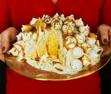 Med en sprakande glassbomb som dessert behövs inga andra fyrverkerier. Glassbomben är förvånansvärt enkel att göra, men med ett imponerande resultat. Med färdig glass och sorbet går det fort. Toppa med hembakta maränger och ringla kokoskolasås över.