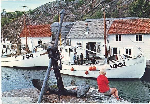 FLEKKERØY Kristiansand med fiskebåter og gutt - Selges av Olav55_no45 fra Farsund på QXL.no