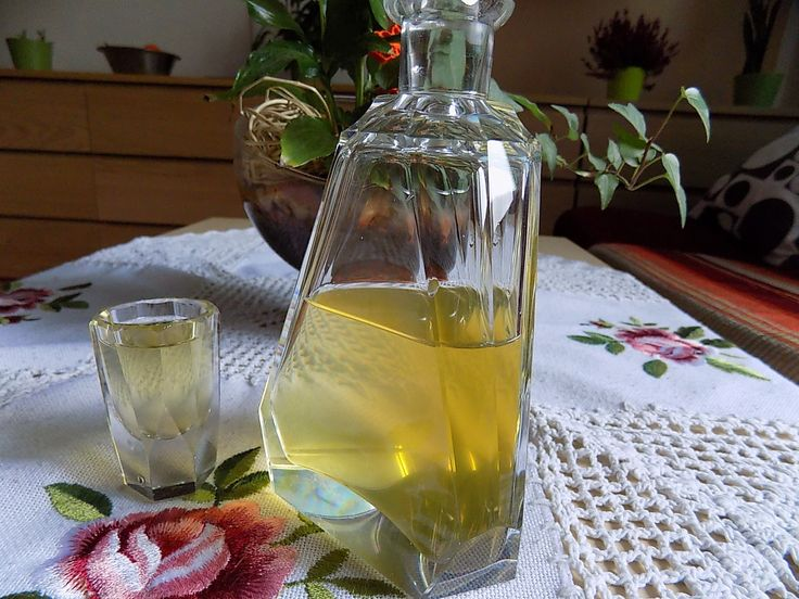 Zázvorovice: Zázvor oloupeme a nastrouháme na jemné nudličky. Nastrouhaný dáme do láhve s širším hrdlem. Přidáme omytý, na kolečka nakrájený citrón, med a vše...