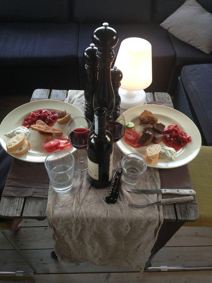 Recept lånat av Linngårdens Värdshus i Visby. Lammfile marinerad i kanel, vitlök o basilika, jordgubbsalsa på olja, sweet chili, farin o mynta, låt dra, gubbar i innan servering. Tatziki o bröd. 10 av 10.
