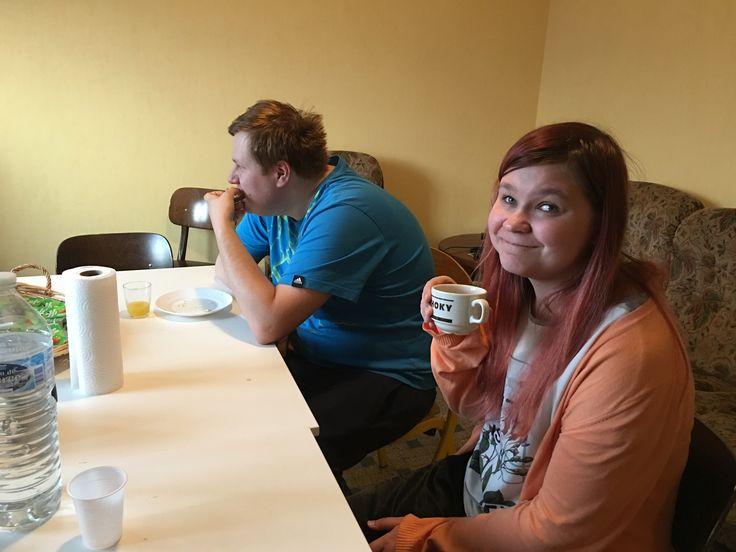 Kämpillä oli mukava jutustella yhdessä pöydän ääressä ja hörppiä teetä tai kahvia. Ei ollut nettiä, joten äppääminenkään ei häirinnyt. Juttu luisti ja vitsit lentelivät. Kuvaaja-Pirkkokin kehui nuorentuneensa useita vuosia, sillä nauruhan pidentää ikää. :-)