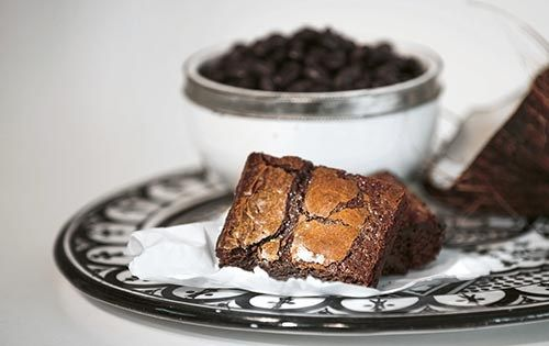 Min absoluta favorit bland mina hälsosamma alternativ är hemlig kladdkaka som är härligt mastig och chokladig – mer åt browniehållet än den klassiska kladdkakan. Den är riktigt rolig att bjuda på...