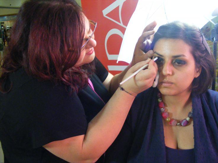 Da sinistra la candidata Sacco Marta intenta a definire il maquillage che ha realizzato alla sua modella!