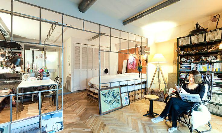"""都心の一人暮らしだからこそ中古リノベーション 東京都渋谷区に建つ築46年のマンション。その一室をリノベーションし暮らしているのは、不動産メディア「cowcamo(カウカモ)」の編集長・伊勢谷亜耶子さん。大学で建築を学び、マンションデベロッパー、リノベーション会社の営業としてキャリアを重ねたのち、3年前に中古リノベーションマンションを専門に扱う同メディアを立ち上げた。そんな不動産を知り尽くした伊勢谷さんだからこそのこだわりが、この部屋には散りばめられている。 「この辺りで部屋を借りようとすると、一人暮らしサイズでもやっぱり高い。都心に住むなら、中古物件を買ってリノベーションしたほうがうんとお得だと知っているからこそ、購入を決断しました。結果、賃貸に比べて月々の支払いが安い上に、マンションは将来の資産になるし、何より自分の""""好き""""を詰め込んだ暮らしは想像以上に楽しいです!」 渋谷の街を見渡せる45㎡のワンルーム。 植物は祖母が地元・三鷹市で勤めていた園芸店で購入している。 三脚のスタンドライトは「DEMODE FURNITURE」で購入。…"""