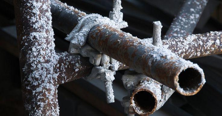 Cómo disolver óxido de hierro con ácido cítrico . En los tubos de hierro, el agua y el oxígeno crean un ambiente que produce óxido, el que da un sabor indeseado al agua y a otros líquidos. Un componente principal del óxido es el óxido de hierro. Este cambia lentamente la composición química del agua y otros líquidos, lo que contamina las propiedades del agua. El ácido cítrico se usa para disolver ...
