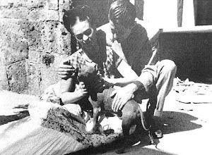 Fotoğraf: Juan O´Gorman acompañado de Frida Kahlo y un perro xoloitzcuintle.