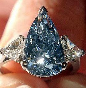 """O """"The Blue"""", diamante considerado o maior da cor azul no mundo, foi vendido por cerca de US$ 23,7 milhões de dólares. A pedra, que foi lapidada em forma de pera, foi arrematada pela joalheria Harry Winston, do Grupo Swatch. Seu valor estimado estava entre US$ 21 milhões e US$ 25 milhões, como informou a casa de leilões Christie's. O """"The Blue"""" tem 13, 22 quilates."""
