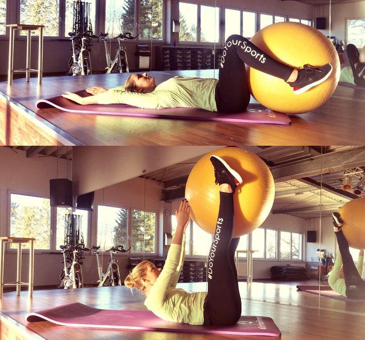 Gymnastikball Übung: Ballcrunches
