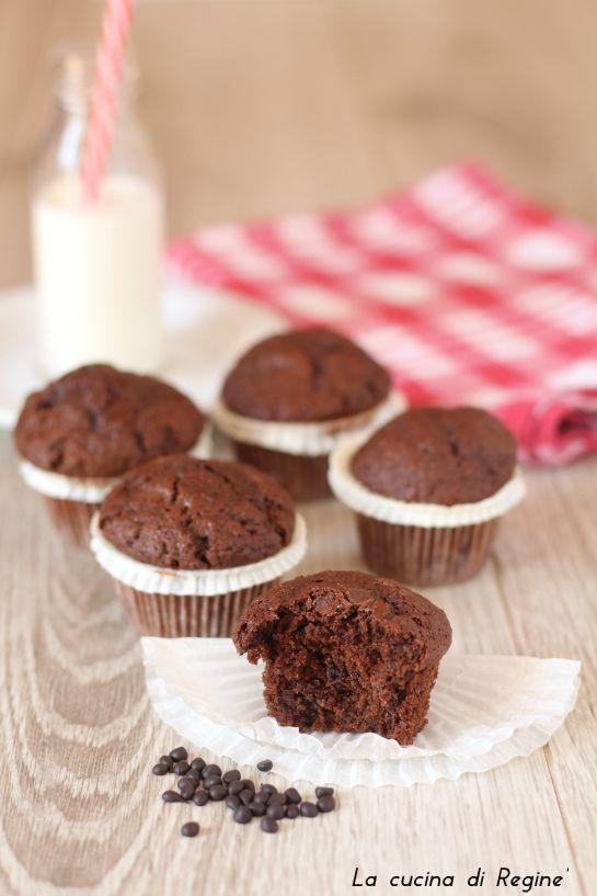 Muffin al cioccolato deliziosi tortini morbidi e golosi adatti alla prima colazione o a merenda, piacciono ai grandi e ai più piccini