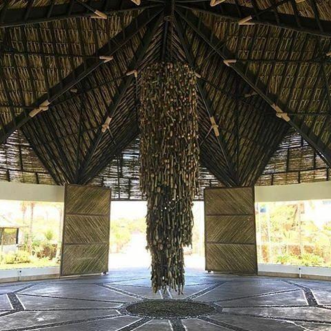 #SemanaSantaEnLaIsla @Regrann from @ikinmargarita_hotelspa -  Buenos días!  En la entrada del Lobby usted encontrará un espacio único con el arco de ingreso al hotel que esta elaborado con finos acabados en oro.  En el rancho de ingreso se encuentra la lámpara de 12 Mts de altura elaborada con descarte natural del mar.  Venga y descubra por que nuestros huéspedes dicen que venir a Ikin Margarita Hotel Spa es una experiencia mágica.  Foto: @iskiavenezuela  #Ikin #IkinMargarita #Hotel #Spa…