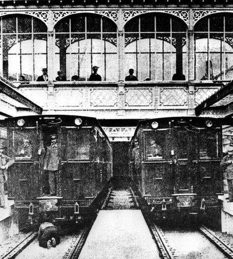 FRANCE, Paris : Photo prise en 1900 dans le métro parisien. Les travaux de construction du métro parisien ont débuté en 1898. La première ligne de métro a été inaugurée le 19 juillet 1900 entre Porte Maillot et Vincennnes.