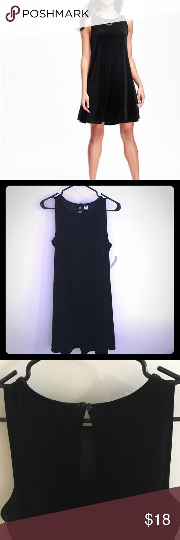 "Black velvet dress Flirty velvet dress. Comfy, flattering, and never been worn! Hits above the knees on me (5'9"") and has keyhole detail on the back. Perfect for a night out ✨ Old Navy Dresses Mini"
