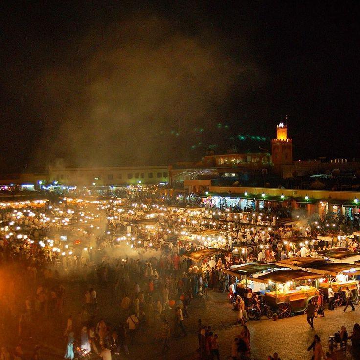 Le luci il vociare della folla i profumi speziati del cibo di strada tutto il #Marocco sembra confluire nella Djemaa El-Fna di Marrakech un luogo in cui inebriare i sensi e riscoprire atmosfere d'altri tempi come in una storia da 'Mille e una notte'. [link al post --> http://ift.tt/1iCCBBE ]