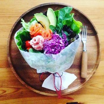 鮮やかな紫色がアクセントに。ぱっと目を引くような華やかなブーケサラダですね。