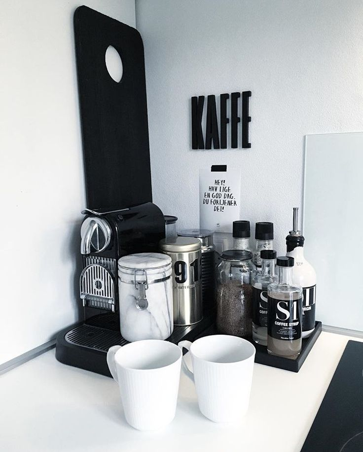 Coffee corner #kaffehjørne #kaffe #yndlingsspot #kaffetid #nicolasvahé #nicolasvahe #aftenkaffe #kaffesirup #rc #royalcopenhagen #hvidriflet #nescafe #sejdesign #kasialilja #designletters #marmor #rummeligtdk
