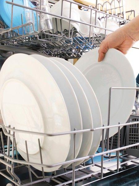 Früher oder später muss man die Spülmaschine einräumen. Yvonne Willicks gibt 10 Tipps wie alles hineinpasst und gründlich sauber wird.