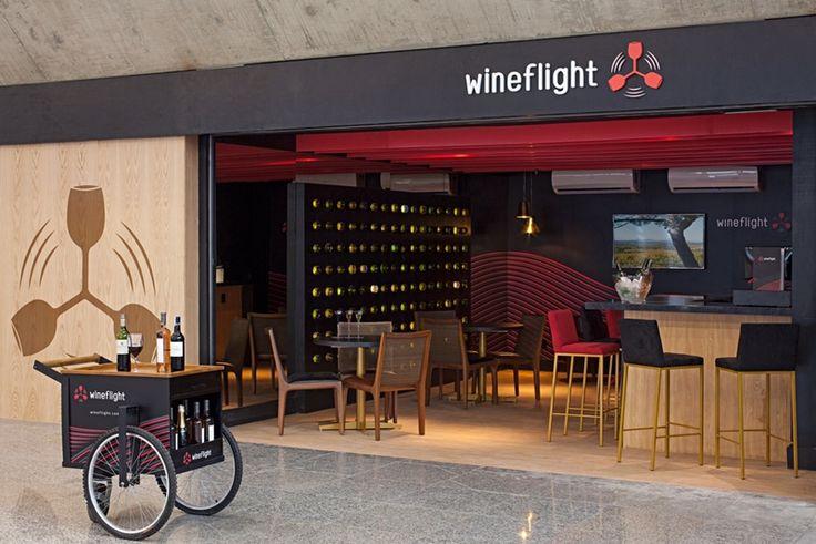 Recém-inaugurado no aeroporto internacional do Galeão, no Rio de Janeiro, o Wine Flight é o primeiro bar de vinhos do local, assinado pelos arquitetos Ricardo Melo e Rodrigo Passos.