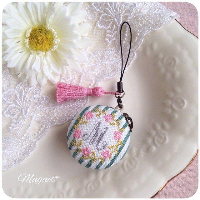 . マカロンケースが完成しました。 お花の刺しゅうと同じ糸で作った ピンクのタッセル付きです♡ #刺繍 #クロスステッチ #花 #ストライプ #マカロンケース #コインケース #アクセサリーケース #タッセル #手芸 #手作り #ハンドメイド #embroidery #crossstitch #handwork #handmade #diy #flower #stripe