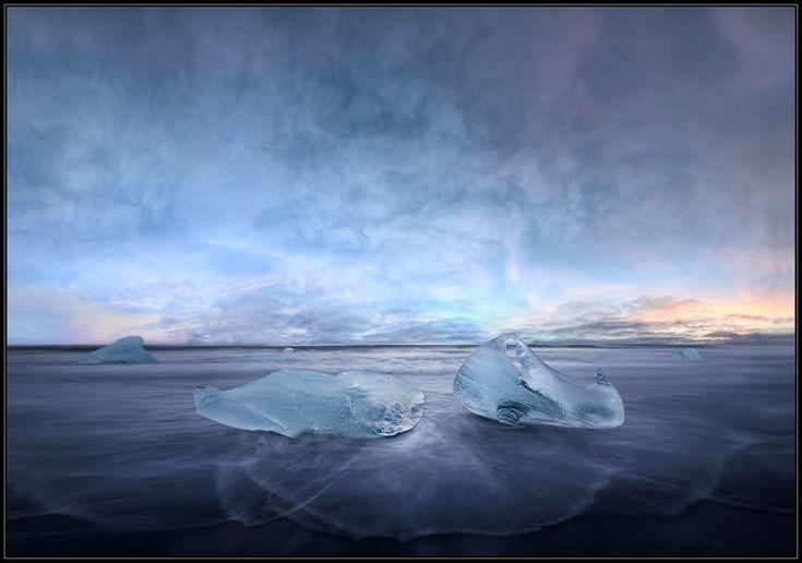 """Just For A Moment... © Christian Schweiger: Am Strand vor der Gletscherlagune Jökulsárlón endet die Reise der mehr als 1.000 Jahre alten Eisberge, die vom Fuße des Gletschers Vatnajökull in die Lagune kalben und langsam in die offenen See treiben.  Das Landschaftsbild ändert sich sekündlich. Jeder Moment ist einzigartig und unwiederbringlich. Das Treffen der beiden Eisblöcke, die mich an gestrandete Wale erinnerten, ist """"Just For A Moment"""".  Weitere Bilder auf www.Lichtjagd.de"""