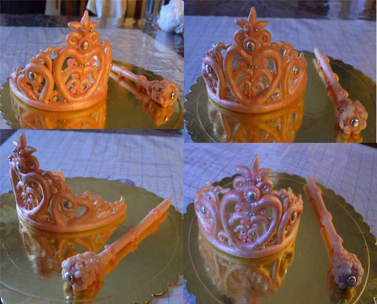 Τιάρα και σκήπτρο από ζαχαρόπαστα για την τούρτα μίας μικρής όμορφης πριγκίπισσας! Fondant tiara and scepter for the cake of a beautiful little princess!