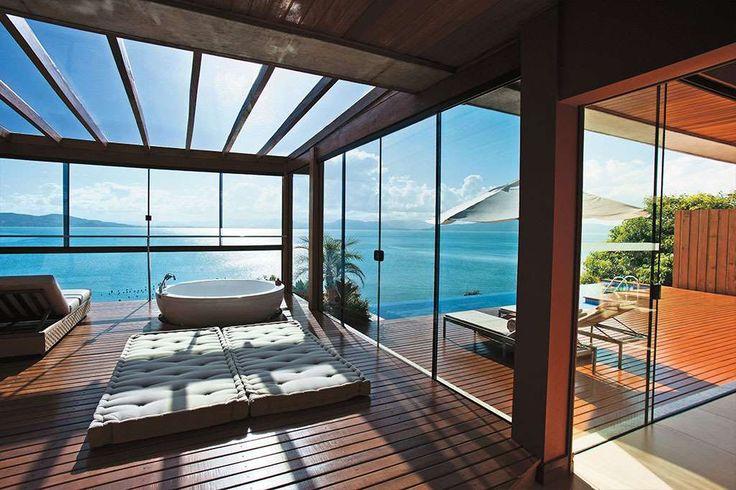 Em um entendimento mais amplo, porém, o resort é aquele destino completo que oferece motivos para vo... - Romulo Fialdini