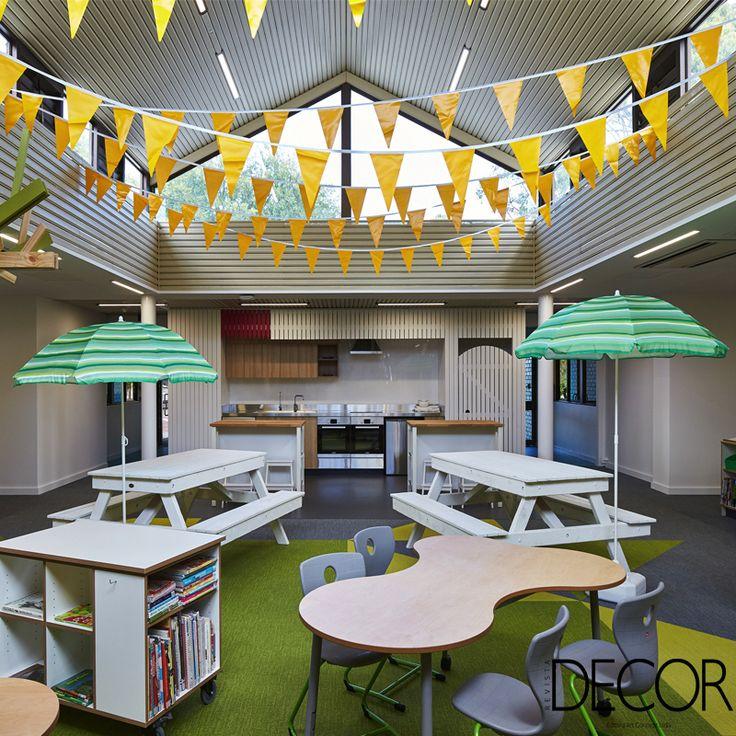 Assinado pelo estúdio CODA Architecture + Urban Design, décor da escola primária St. Stephen's, na Austrália, recebe mobiliário em madeira compensada que ganha diversas funções a partir da imaginação das crianças, garantindo, assim, a diversão e a convivência social dos pequenos.