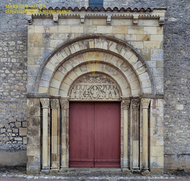 La pequeña localidad francesa de Mars-sur-Allier, situada en la antigua provincia de la Nivernais, ofrece al viajero un interesante ejemplo de estilo románico, estamos hablando de la iglesia de Saint-Julien que luce una bellísima torre, pero lo que realmente nos llama la atención, es el tímpano que aparece en la portada occidental donde se puede observar al Pantocrator rodeado del Tetramorfos. Próximamente en http://arteviajero.com/ #románico #nièvre #nivernais #bourgogne