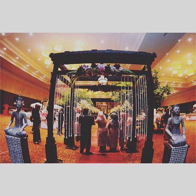 Loro Blonyo, atau Roro Blonyo, merupakan elemen khas dalam dekorasi upacara pernikahan bernuansa adat Jawa.  Diwujudkan dalam bentuk sepasang patung, pria dan wanita, mengenakan baju kebesaran pengantin Jawa, Loro Blonyo merupakan simbol kebesaran, kesatuan, kesuburan, dan keharmonisan kedua mempelai.