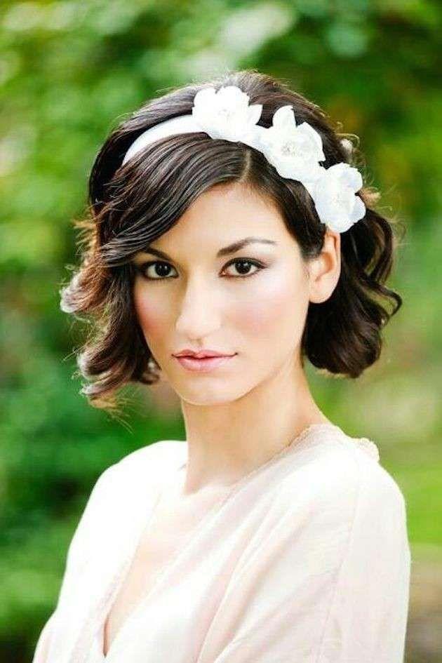 Cerchietto a tema floreale bianco per caschetto corto e mosso - Tra le acconciature sposa per capelli corti è frequente l'utilizzo di eleganti cerchietti a tema floreali per caschetti corti e mossi.