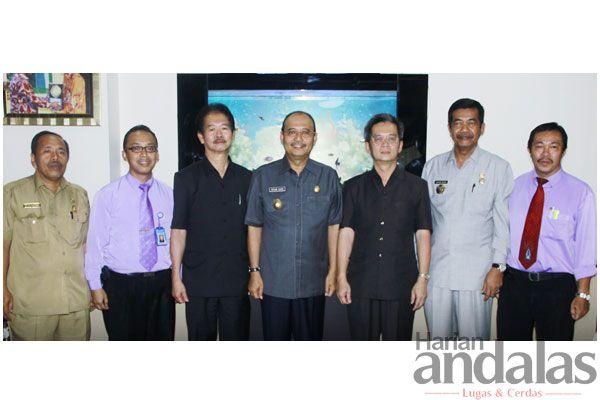 FOTO BERSAMA-Plt Wali Kota Medan Dzulmi Eldin (tengah) berfoto bersama dengan Pimpinan Perguruan Methodist 2 Medan Paulus Subyanto STh (keti...