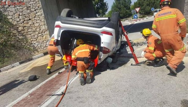 Vídeo: los bomberos rescatan a un conductor tras caer por un terraplén de seis metros