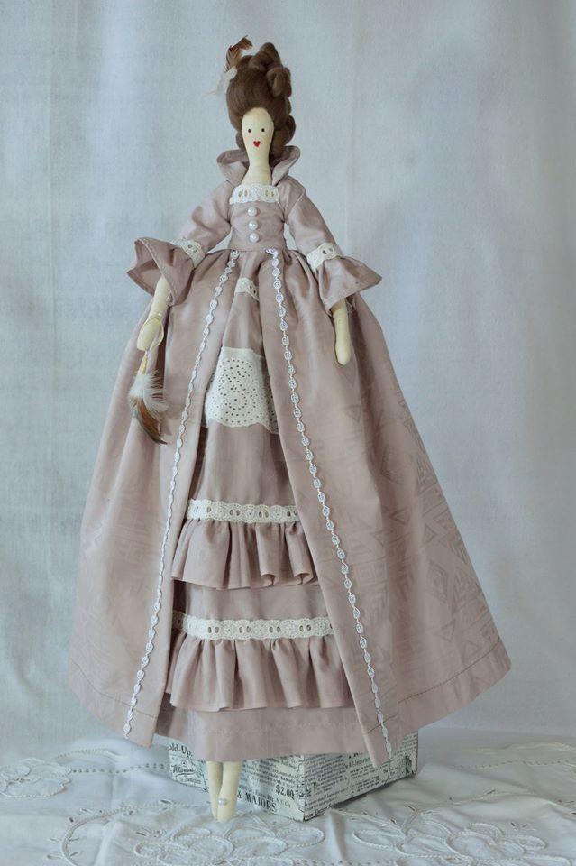 Przedstawiamy stylową lalkę Wiktorię w stroju epokowym. Jest w suknię stylową opartą na wszytych poduszkach zastępujących panier. Całość modelu wykonana z materiału w kolorze pudrowego różu z wytłoczonym wzorem i ozdobiona białymi bawełnianymi koronkami. Góra sukni z rękawami zakończonymi falbaną i przybranymi białą koronką, dopasowanym gorsetem oraz stojącym kołnierzem... http://www.falbana.pl/pl/p/Lalka-Stylowa-Wiktoria/17 #lalka #provence #rękodzieło #handmade #stylowa