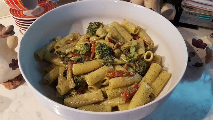 Rigatoni+al+pesto+con+broccoli+e+pomodori+secchi