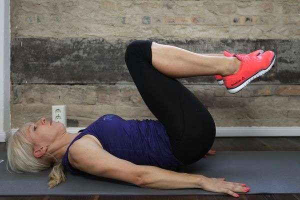 4. Reverse Crunch - Power für den Unterbauch: Damit trainierst Du den unteren Anteil Deiner geraden Bauchmuskulatur.  So geht´s: Du beginnst in Rückenlage mit aufgestellten Füßen. Hebe jetzt die Hüfte an, so dass sich der Unterkörper einrollt. Die Beine bleiben dabei gebeugt und Deine Fersen am Po. Führe die Bewegung mit Kraft Deiner Bauchmuskeln und mit Kontrolle aus, kein Schwung! Führe 3 Sätze mit mindestens 15 Wiederholungen aus.