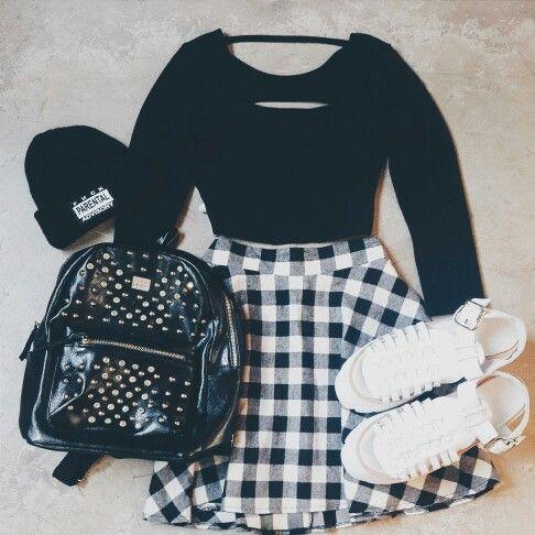 Look de la noche ○●□■ Top Kate, Falda escocesa, Isidora Vip blancas. Para agregarle onda no puede faltar el beanie Parental y la mochila Smiths. #soydegrecia #fashion #style #look