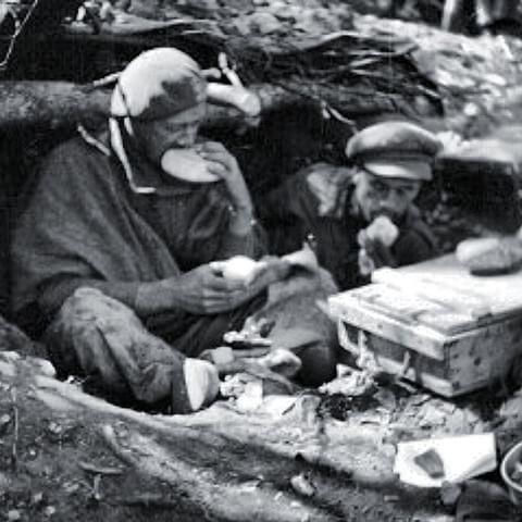 Spain - 1937. - GC - Soldados del batallon Lincoln comen pan y cebolla en el frente de Aragon durante el otoño de 1937.