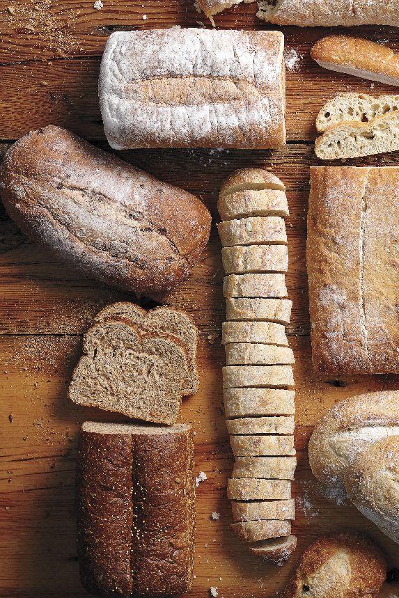 Des ciabattas croustillantes aux baguettes au beurre, une planche à pain frais est la parfaite addition à un menu lorsque vous recevez! Nous cuisinons une variété de pain en magasin chaque jour! #PainFrais #PlancheÀPain #ciabatta #baguette #PainDeCampagne #9grains