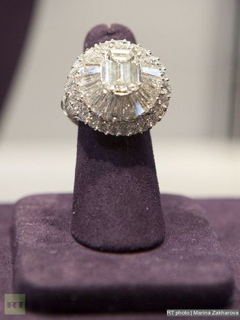 Rings of the  Elizabeth Taylor Auction - Lorraine Schwartz diamond ring. The main stone is 27.42 ct.