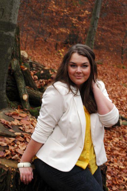 Weißer Blazer, gelbe Bluse im Herbstwald mit buntem Laub | Plus Size Fashion Outfit | white yellow fall autumn leaves