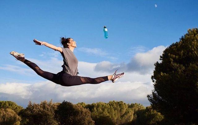 Almudena Cid volando en gravedad power 0 hacía la luna 🌝