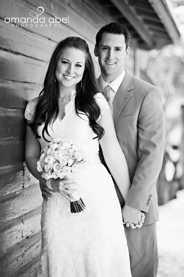 Winter Bride and Groom Photography | Utah Wedding Photographer | Bride and Groom | Amanda Abel Photography | www.amandaabelphoto.com #brideandgroomphotography