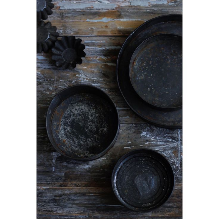 📄New post!!! If they have rust... even better! https://meathekitchen.wordpress.com #propstyling #foodstyling #foodphotography #blog #life #props #photography #article #foodlover #feedfeed #rust #cakepans #tin #old #vintage #kitchen #tool #unique #identity #food #wood #amazing #iron #black #tree