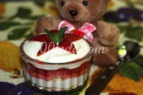 Слоеный десерт из клубники с печеньем для детей
